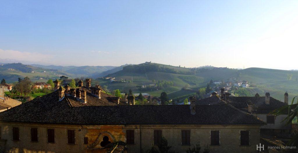 Blick vom kleinen punto panoramico der Via Rocca in Neive.